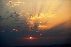 Le nuvole hanno sparso su un cielo rosso del tramonto immagini stock libere da diritti