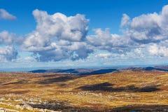 Le nuvole lanuginose che gettano le belle ombre sulle alpi australiane atterra Immagine Stock Libera da Diritti