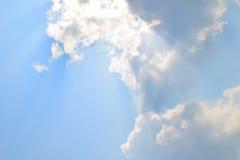 Le nuvole molli naturali modello ed il sole ray sul fondo del cielo blu Fotografie Stock