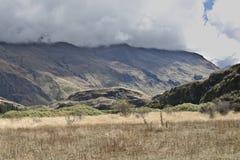 Le nuvole nascondono le cime della montagna fotografie stock libere da diritti