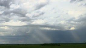 Le nuvole nel cielo e nell'arcobaleno stanno spostando per il TIME LAPSE normale archivi video