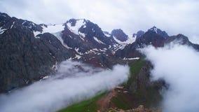 Le nuvole nelle alte montagne fotografia stock libera da diritti