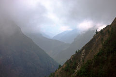Le nuvole nelle alte montagne Fotografia Stock