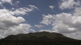 Le nuvole ombreggiano sul lasso di tempo delle montagne a Stirling Ranges, Australia occidentale video d archivio