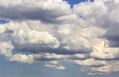 Le nuvole prova le luci del sole del filtrante fotografia stock