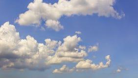 Le nuvole prova le luci del sole del filtrante immagini stock