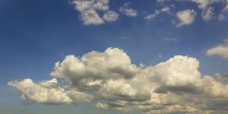 Le nuvole prova le luci del sole del filtrante fotografia stock libera da diritti