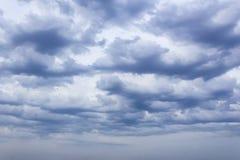 Le nuvole prova le luci del sole del filtrante fotografie stock
