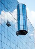 Le nuvole riflettono nella costruzione Immagini Stock