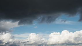 Le nuvole scure coprono il cielo blu, belle nuvole che volano attraverso il cielo video d archivio