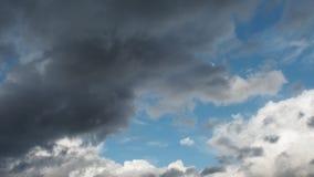 Le nuvole scure coprono il cielo blu, belle nuvole che volano attraverso il cielo stock footage