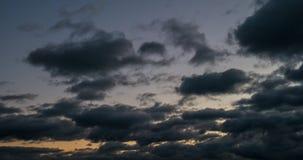 Le nuvole scure hanno coperto il cielo Viene l'oscurità Le nuvole stanno volando verso il tramonto 4K video d archivio