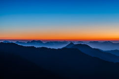Le nuvole si rivoltano le montagne Fotografia Stock Libera da Diritti