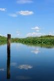 Le nuvole sono riflesse nell'acqua Fotografia Stock Libera da Diritti