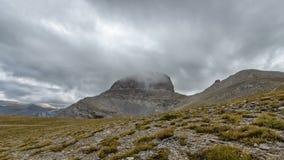 Le nuvole sorvolano i picchi di montagna di Olympus in Grecia stock footage