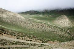 Le nuvole stanno abbassando verso il verde nepalese Valle dell'alta montagna Fotografie Stock