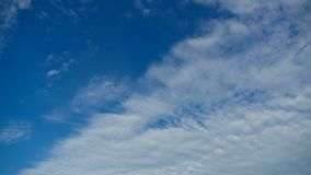 Le nuvole stanno muovendo nel cielo blu Timelapse video d archivio