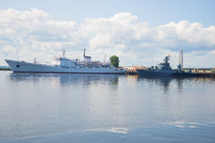 Le ` océanographique d'amiral Vladimirskiy de ` de navire de recherches et le ` anti-sous-marin d'Urengoy de ` de corvette dans l Image stock