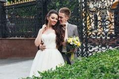 Le och krama nygifta personer Royaltyfria Bilder