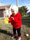 Le och lycklig barndom arkivbild