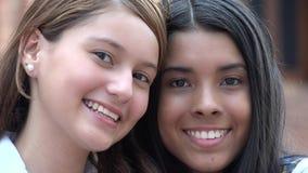 Le och lyckliga framsidor av kvinnlig tonår royaltyfri foto