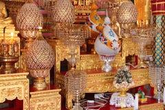 Le offerti dorate a Buddha sono disposte sugli altari (Tailandia) Fotografie Stock