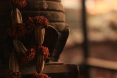 Le offerti hanno lasciato ad un altare buddista nel Nepal Fotografia Stock Libera da Diritti