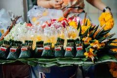 Le offerti si bloccano al mercato di Warorot, Chiang Mai, Tailandia Immagine Stock