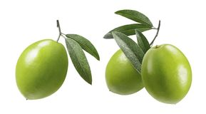 Le olive verdi con le foglie hanno messo isolato su fondo bianco Immagini Stock Libere da Diritti