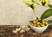 Le olive verdi sono un prodotto naturale Fotografia Stock Libera da Diritti