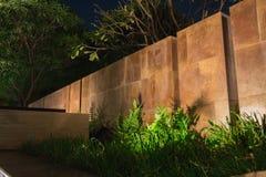 Le ombre molli che gettano su una parete abbellita con l'umore piacevole si accendono Immagini Stock Libere da Diritti