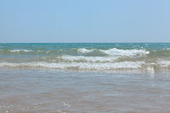 Le onde agitate del Mediterraneo sulla bella spiaggia Valencia nel giorno soleggiato di estate Fotografie Stock Libere da Diritti