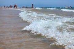 Le onde agitate del Mediterraneo sulla bella spiaggia Valencia nel giorno soleggiato di estate Immagini Stock