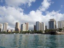 Le onde avvolgono verso la spiaggia ed il pilastro del Queens in Waikik Fotografia Stock