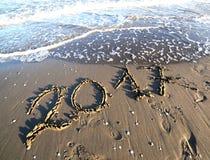 Le onde cancella il grande testo 2017 sulla spiaggia Immagine Stock Libera da Diritti