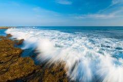 Le onde che arrestano la sfuocatura di movimento oscilla poco Andaman fotografie stock libere da diritti