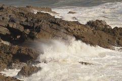 Le onde che si rompono sopra le rocce vicino borbotta, Galles, Regno Unito Fotografia Stock Libera da Diritti