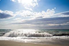 Le onde che si rompono sulla spiaggia abbandonata, i precedenti SK blu Fotografia Stock