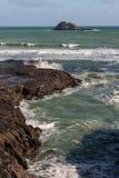 Le onde che si schiantano contro le rocce vulcaniche a Muriwai tirano Fotografia Stock