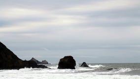 Le onde che si schiantano nelle rocce la California del Nord puntellano video d archivio