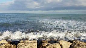 Le onde che si schiantano sull'argine oscilla ad un porto Mediterraneo archivi video