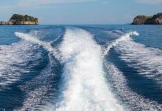 Le onde da un fondo ad alta velocità dell'isola e della barca Immagini Stock