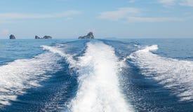 Le onde da un fondo ad alta velocità dell'isola e della barca, fuoco selettivo Immagine Stock Libera da Diritti