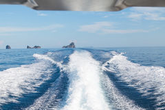 Le onde da un fondo ad alta velocità dell'isola e della barca, fuoco selettivo Fotografie Stock Libere da Diritti