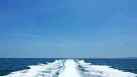 Le onde dalla barca di velocità video d archivio