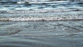 Le onde del Mar Baltico sono rotolate su una spiaggia sabbiosa archivi video