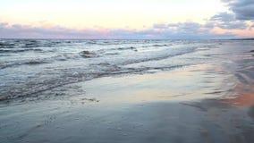 Le onde del Mar Baltico sono rotolate su una spiaggia sabbiosa video d archivio