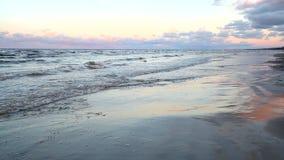 Le onde del Mar Baltico sono rotolate su una spiaggia sabbiosa stock footage