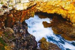 Le onde del mare che colpiscono le scogliere della roccia a Boca fanno l'inferno, Cascais, Portu fotografia stock