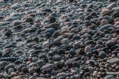 Le onde del mare giocano con le pietre sulla spiaggia in Soci immagine stock libera da diritti